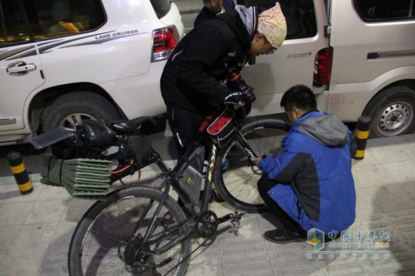 中国重汽工作人员帮忙修理车辆