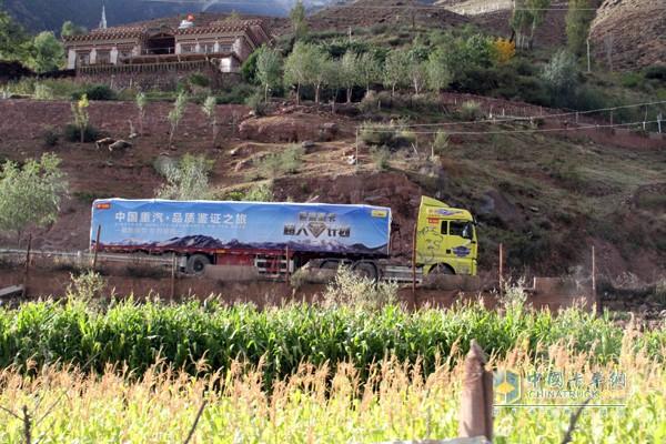 行驶在藏区农家的中国重汽