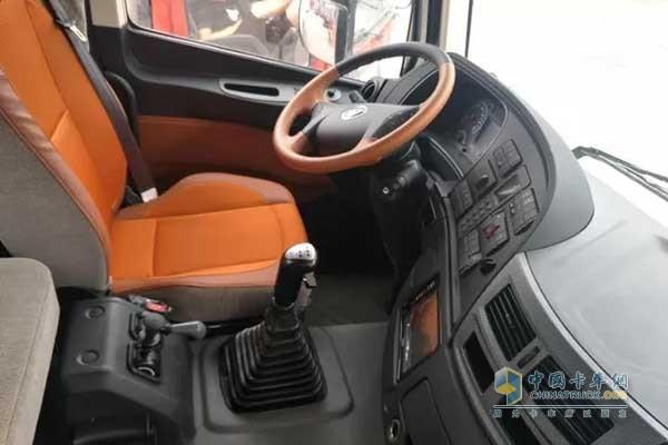 """福田欧曼EST驾驶舱   在保证整车安全的情况下,舒适性对跑长途也是至关重要的:""""欧曼EST超级卡车整车标配四点悬浮气囊,全气囊可调节座椅,在颠簸路面也能减少疲劳度;超宽卧铺和超大驾驶室空间,让我能够更好的休息和活动。"""""""