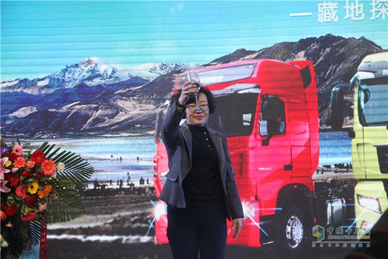 中国重汽宣传部宋志君部长举杯祝贺