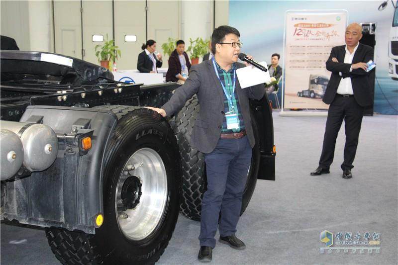 技术人员讲解陕汽大单胎产品优势