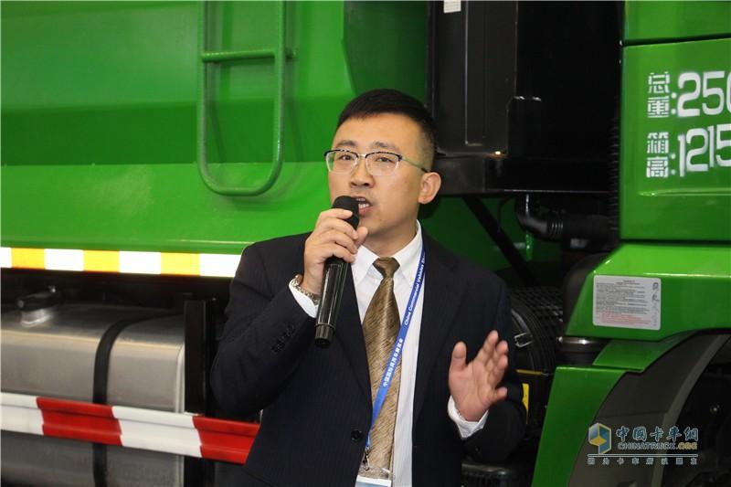 技术人员讲解陕汽智能渣土车技术优势