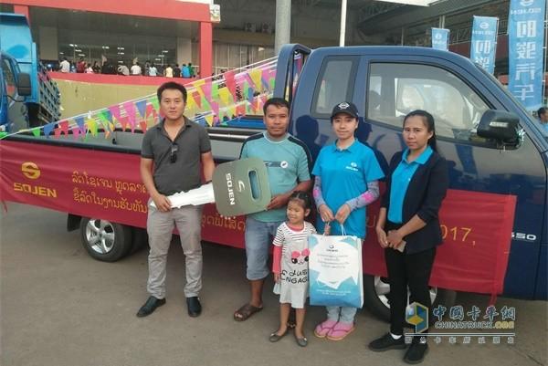 时骏汽车老挝用户提车