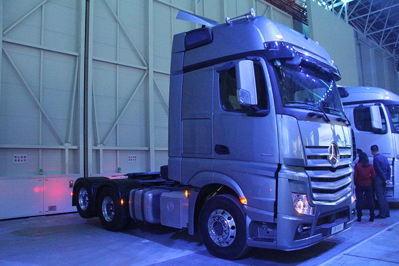 梅赛德斯-奔驰新Actros 2651 LS DNA 6x2公路牵引车
