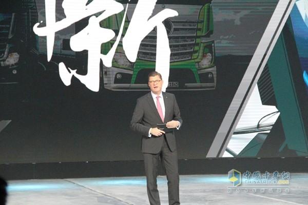 戴姆勒股份公司梅赛德斯-奔驰卡车销售、市场与服务负责人提尔·欧波维尔德先生