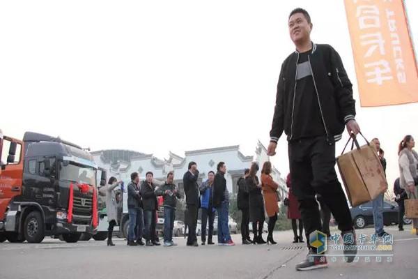 现场人群踊跃参加联合卡车活动