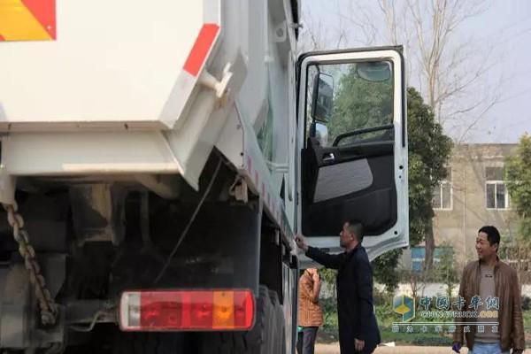 现场人员参观联合卡车U380智能渣土车