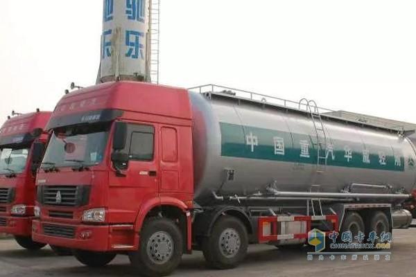 中国重汽油罐车