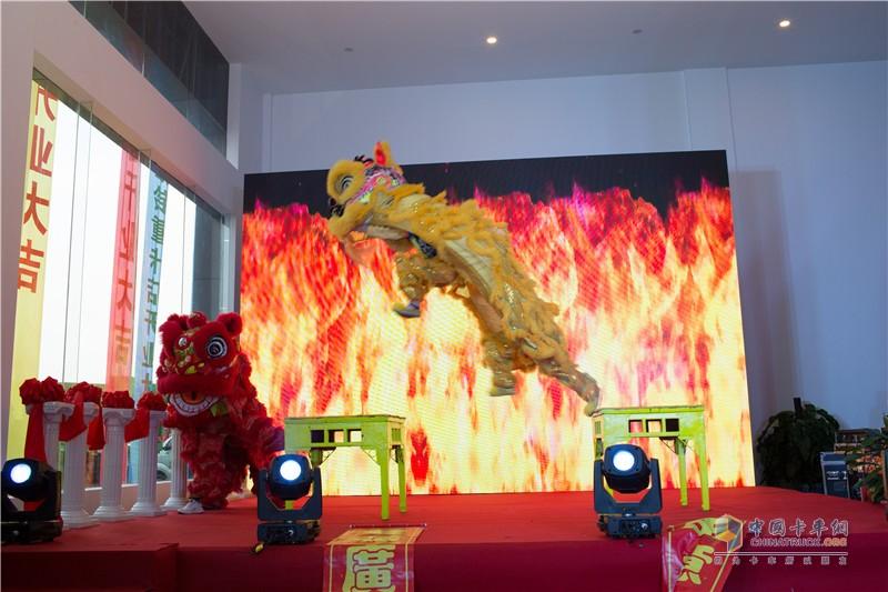 舞狮表演庆祝开业