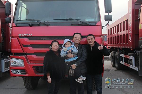 重汽销售部北京分公司经理牟雷(中)和杨爱宝一家