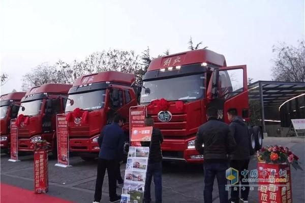 活动现场人员参观解放卡车