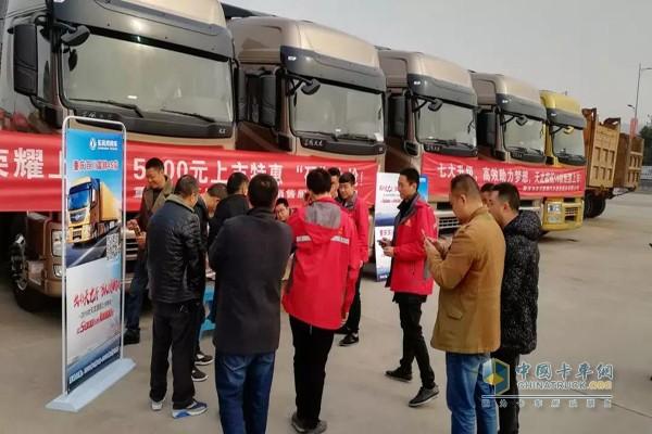 重庆现场客户陆续签到并参观天龙旗舰2018款