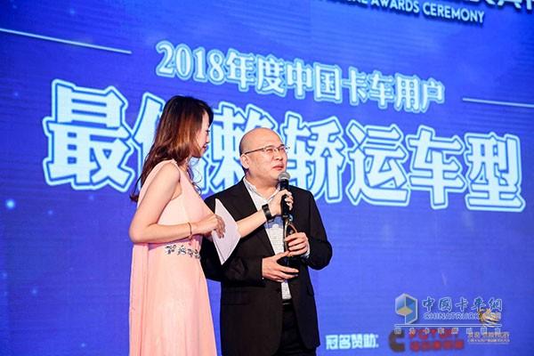 中国重汽销售公司总经理张晓东接受现场采访
