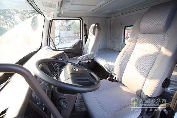 采用全新悬架结构,结合驾驶室气囊减震,平顺性国内领先,实现轿车级