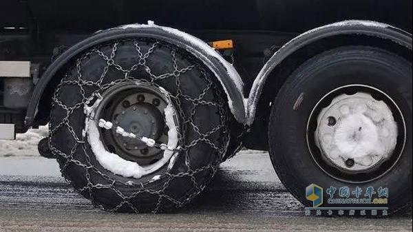 """""""穿""""上防滑链的卡车轮胎"""