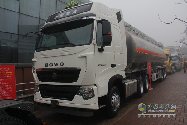 中国重汽HOWO-T7H危化品牵引车