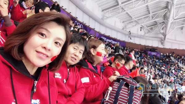 中国卡车网记者(左一)受邀为中国冬奥会体育健儿助威