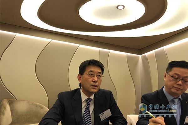 现代汽车商用事业本部长李仁哲接受中国卡车网记者采访