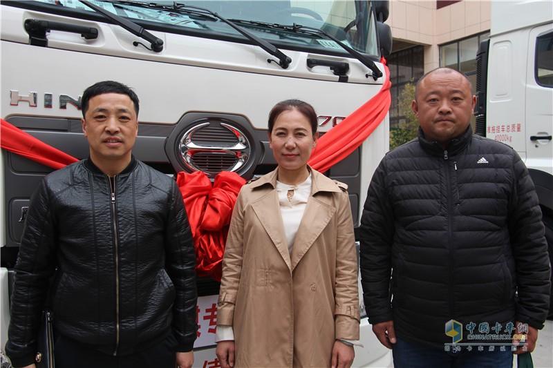 隆昌汽车贸易有限公司总经理任淑平与用户合影