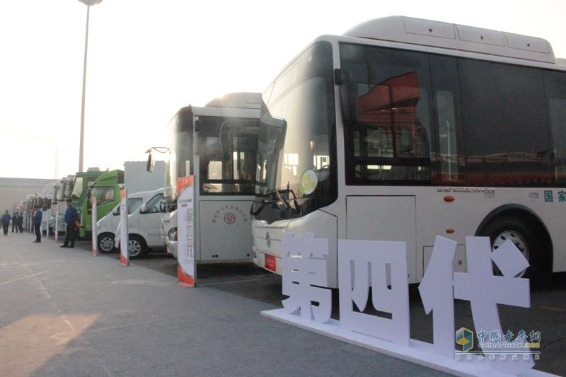 第四代展车以新能源车辆为主,展示了陕汽始终以推动中国清洁能源、新能源商用汽车产业发展壮大为己任