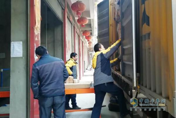 工人们在装卸货物