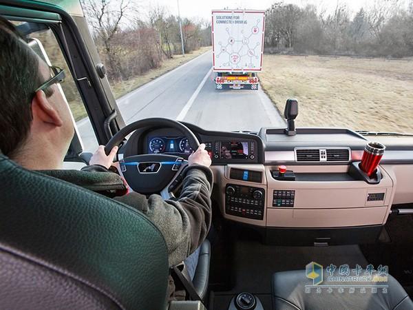 卡车列队路测过程中,司机控制车辆