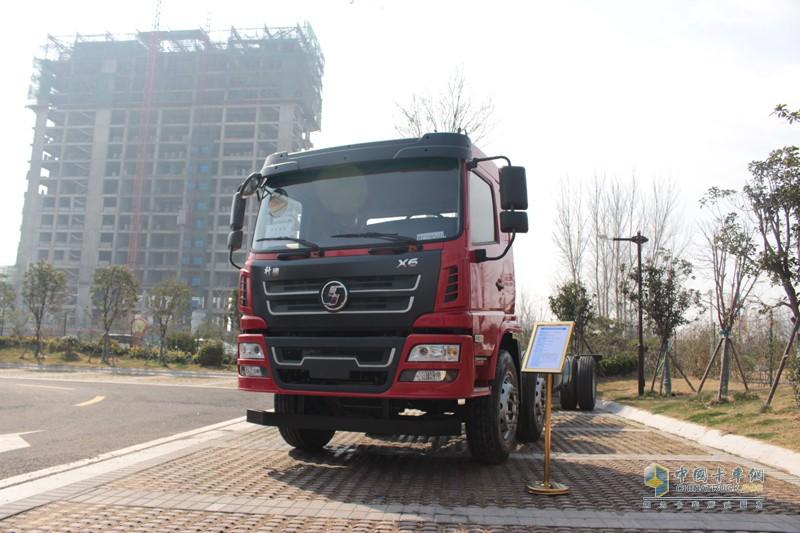 陕汽轩德X6载货车,搭载玉柴6JA240-50发动机,国五排放。