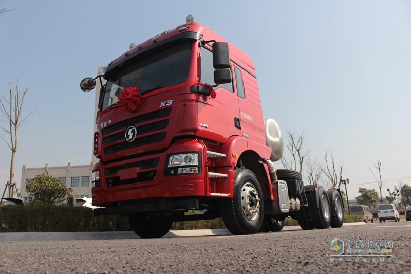 陕汽轩德X3 LNG牵引车,440马力LNG牵引车,行业内最大马力输出。