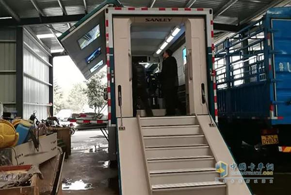 创虎载货车改装成供水设备系统展示车