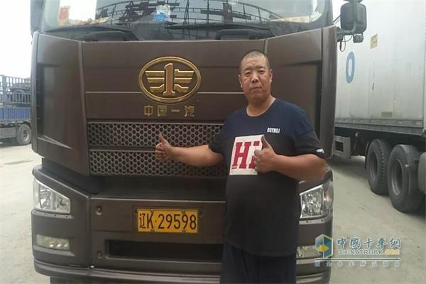 杨鹏与搭载锡柴发动机的解放车