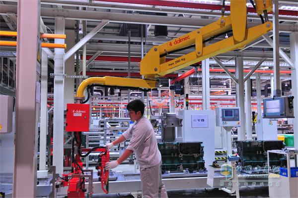 在发动机事业部的生产车间,每一名操作人员都执行着无比严格的操作标准