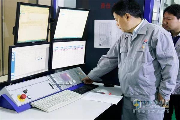 华菱星马董事长刘汉如亲自为新一代CM6D30型13L国六发动机点火