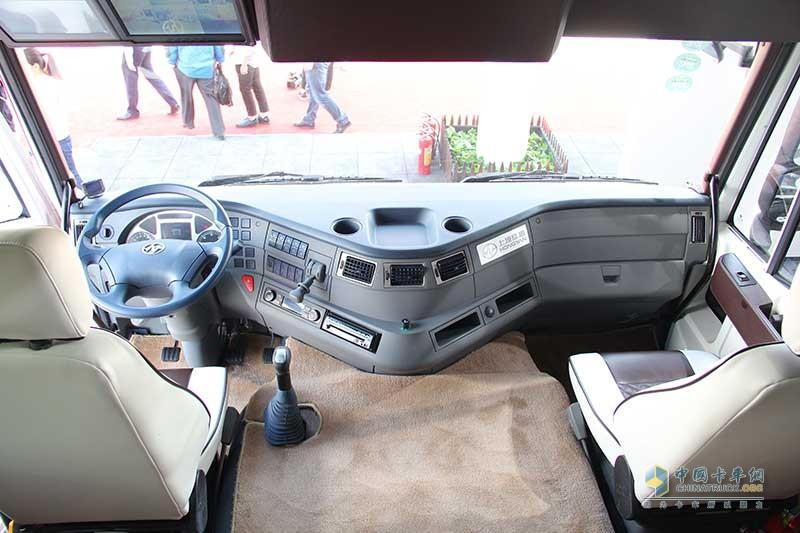 驾驶室空间还是够宽敞,房车讲究的就是舒适性
