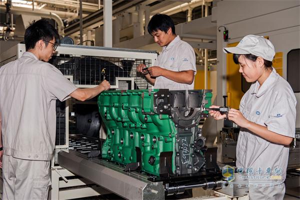 """据解放相关技术负责人介绍,作为一款对标欧洲进口卡车的世界级高端重卡,这款J7是解放历时7年成功打造的第七代重卡产品。无论从外观到内饰、从配置到细节、从设计到制造,J7在J6基础上都完成了一次脱胎换骨的创新改造。值得一提的是,解放J7动力系统搭载的是一汽解放发动机事业部(以下简称""""发动机事业部"""")的CA6DM3-50E5奥威发动机,13升排量, 500马力动力,是国内主流大排量、大马力发动机之一。   """"前段时间,配奥威发动机的解放J7进行了与国际产品的对比试验,穿越"""
