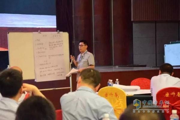 由本部领导组成的专业评委对各小组的讨论方案进行了互动问答