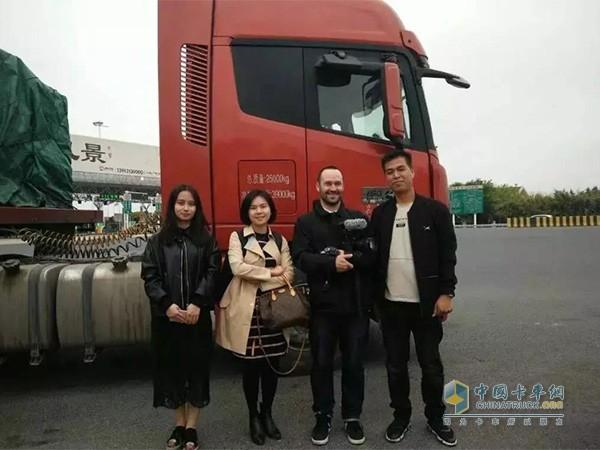 """何力被选为""""中国卡车司机代表"""",并与记者合影"""