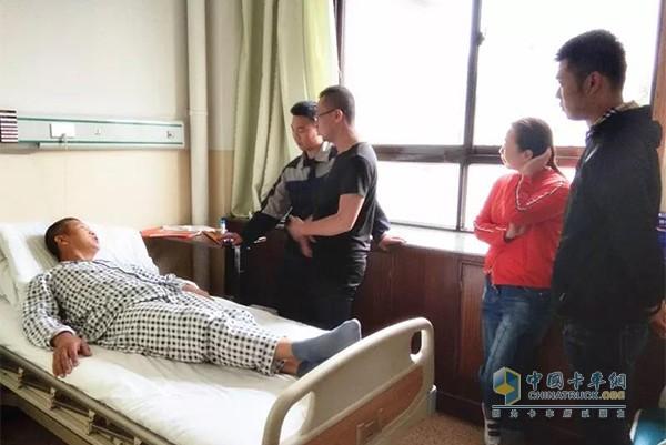 欧曼维修人员现场签字进行手术,手术成功完成