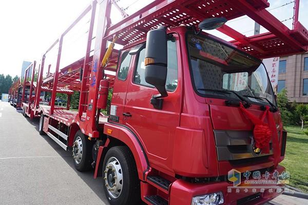中国重汽中置轴轿运车