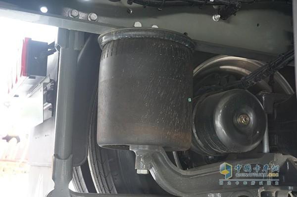 中国重汽豪沃T7H天然气牵引车空气悬挂