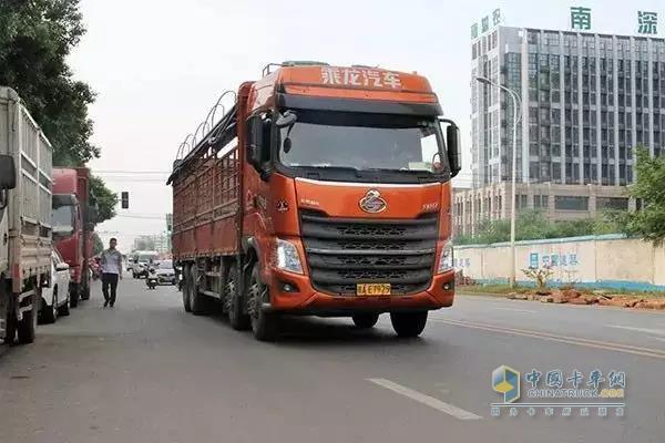 谌师傅驾驶的乘龙H7仓栅式载货车