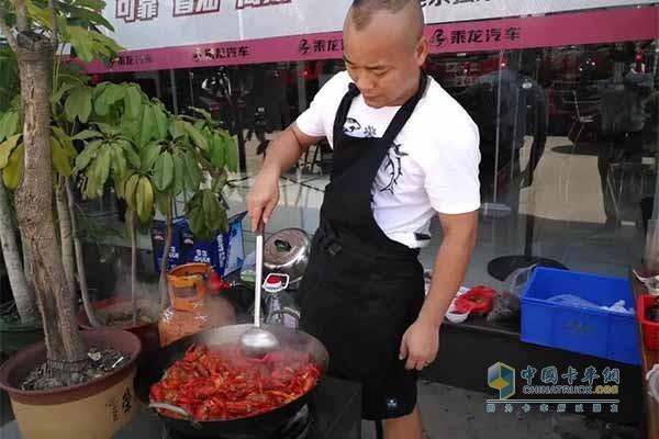 厨师正在店外烹饪小龙虾