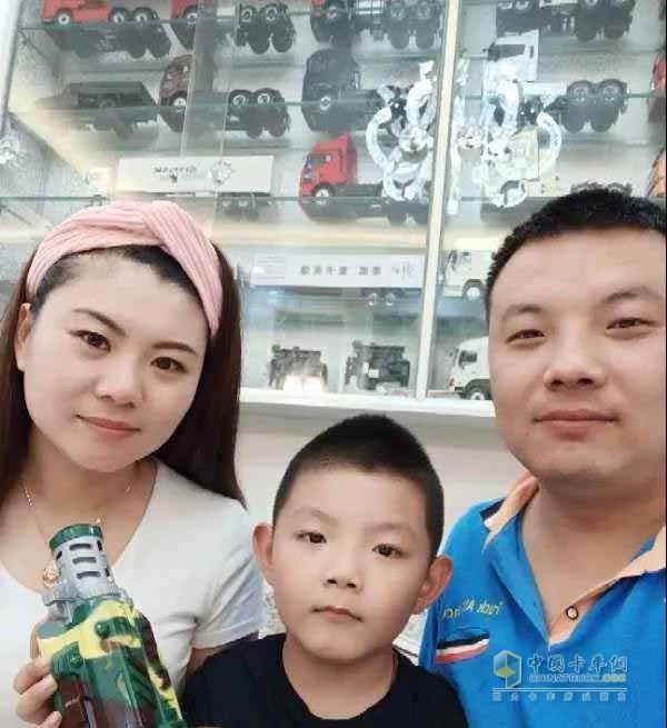 赵君一家人和他的车模