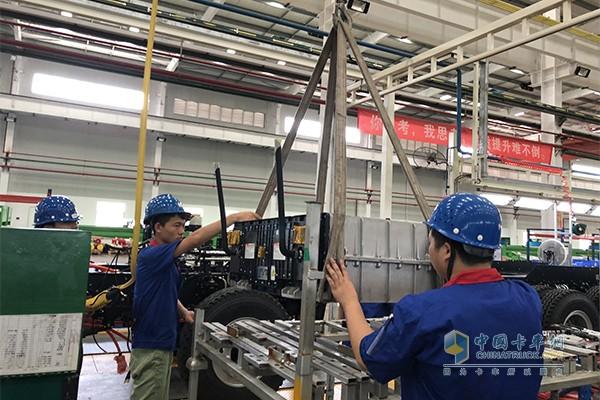 工人正在组装比亚迪T10ZT的电池
