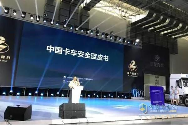 中国物流学会副会长、中国物流与采购联合会常务理事、 中国物流商用车专家委员会首席专家恽绵先生致辞