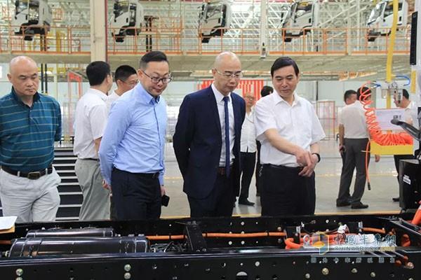 吉利四川商用车公司总经理杨志勇陪同顺丰公司领导一起参观吉利商用车南充基地
