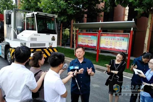 中国重汽集团董事长王伯芝接受记者采访