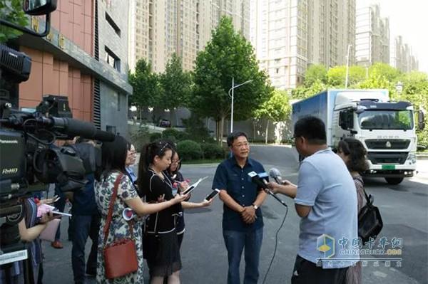 中国重汽集团总经理蔡东接受记者采访