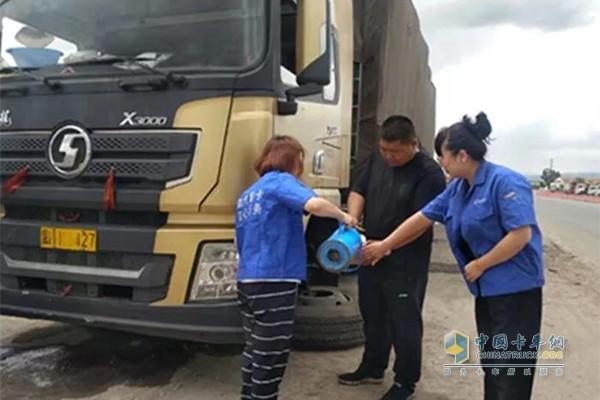 陕汽服务人员为于先生父子两人准备热水和方便面