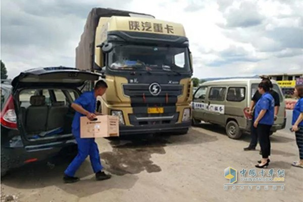 包头中心库载着客户急需配件到达故障车现场