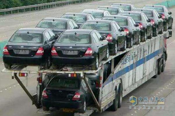 飞机板、双排车等违规轿运车影响道路安全